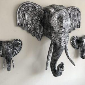 Jumbo XXL olifant polystone in de kleur zilver zwart.