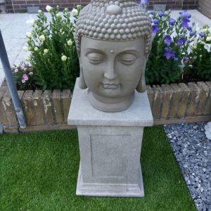 Prachtige beelden op zuil voor in de tuin, deze zijn beton gegoten.