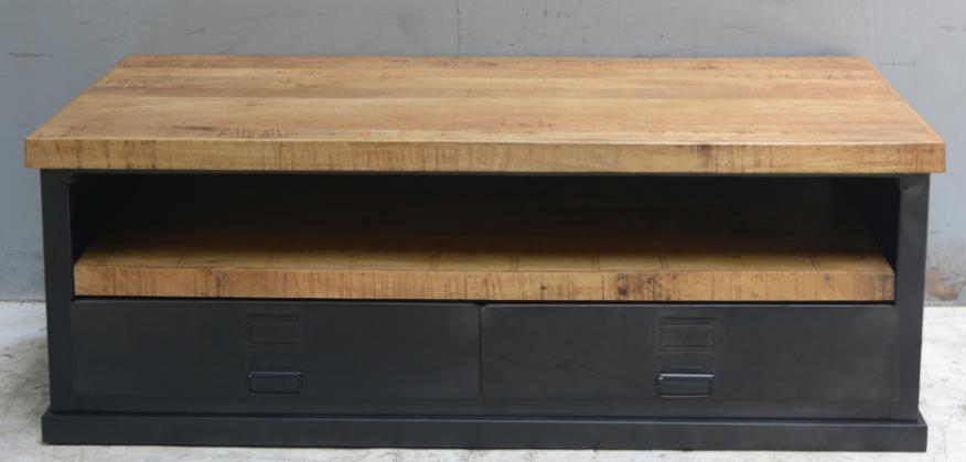 Een mooie salontafel van mangohout en staal
