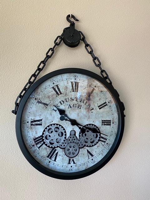 Een mooie zwarte klok met hanger