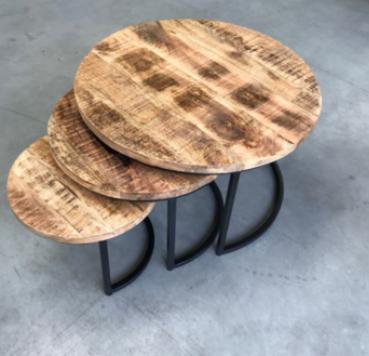 Een prachtige 3 delige tafelset van mango hout en staal.